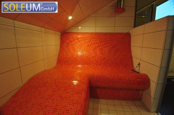Dampfbadbank mit Liege in Dachschräge