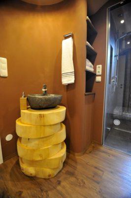 Steinwaschbecken im Badezimmer