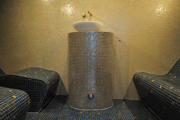 Dampfpodest mit Waschbecken