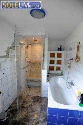 Dusche mit Duschsitz in Nische