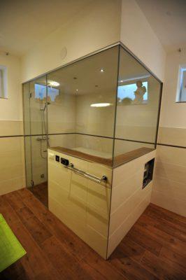 Badezimmer mit Dampfkabine