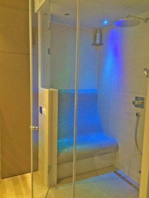 Begehbare Dusche mit Sitzbank