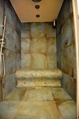 Dusche mit beheizter Sitzbank