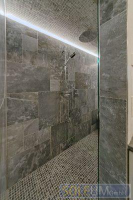 großer Duschbereich in der Dampfdusche